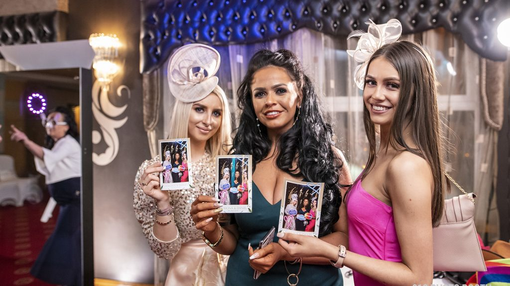 magic-mirror-x-photo-booth-the-giant-touch-screen-interactive-photo-booth-16-x-long-04